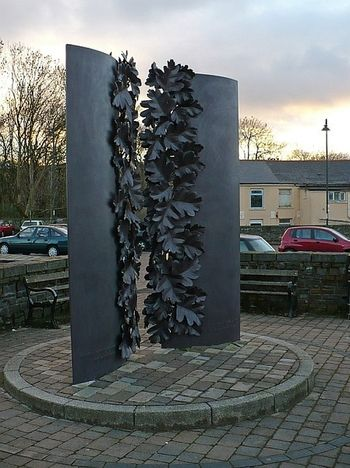 Public_artwork_memorial_idris_davies_robin_drayton