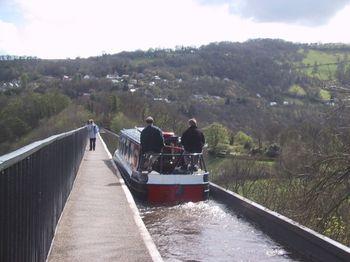Boat_on_the_Pontcysyllte_Aqueduct_-_geograph.org.uk_-_922324