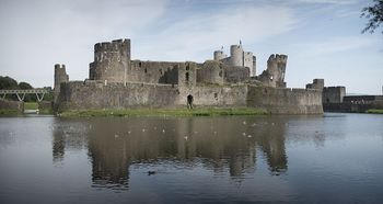 800px-Caerphilly_Castle_Panorama_(8100702485)