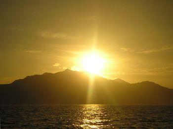 800px-Yellow_sunrise
