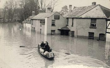 Drybridge_street_in_1947_during_a_flood_(3)