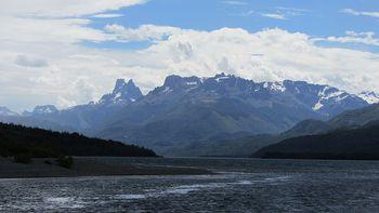 800px-Lago_Cholila_-_Argentina